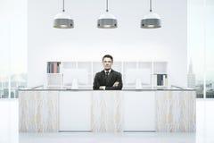 Uomo d'affari alla reception moderna Immagini Stock Libere da Diritti