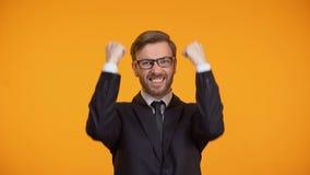 Uomo d'affari allegro che celebra riuscito investimento, promozione, occupazione archivi video
