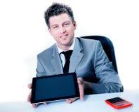 Uomo d'affari allegro che mostra compressa digitale Fotografie Stock