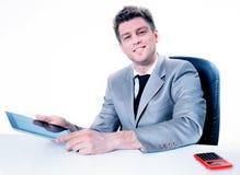 Uomo d'affari allegro facendo uso della sua compressa digitale Immagine Stock Libera da Diritti