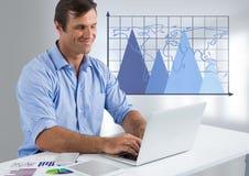 Uomo d'affari allo scrittorio con i grafici del triangolo e del computer portatile con la mappa di mondo sulla griglia Fotografia Stock Libera da Diritti