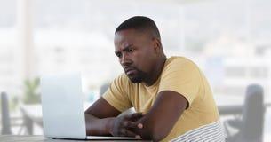 Uomo d'affari allo scrittorio con il computer portatile con fondo luminoso Fotografia Stock Libera da Diritti
