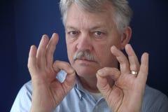 Uomo d'affari americano con i doppi gesti giusti Immagini Stock Libere da Diritti