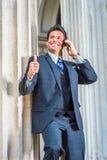 Uomo d'affari americano di riuscito medio evo che parla sul telefono cellulare fotografie stock