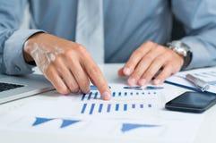 Uomo d'affari Analyzing Graph fotografia stock