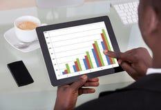 Uomo d'affari Analyzing Graph Immagine Stock Libera da Diritti