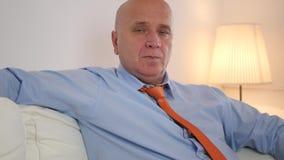 Uomo d'affari annoiato e pigro stanco Sitting su uno strato che si rilassa a casa archivi video
