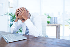 Uomo d'affari ansioso con la testa in mani Fotografia Stock Libera da Diritti
