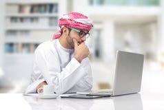 Uomo d'affari arabo che lavora nell'ufficio Immagini Stock Libere da Diritti
