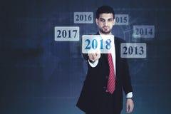 Uomo d'affari arabo che preme i numeri 2018 fotografie stock libere da diritti