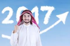 Uomo d'affari arabo con i numeri 2017 e la freccia Immagini Stock