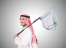 Uomo d'affari arabo con rete di cattura contro Fotografia Stock Libera da Diritti