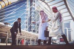 Uomo d'affari arabo Pull la corda immagine stock libera da diritti