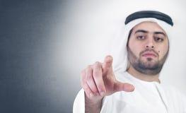 Uomo d'affari arabo in una scena virtuale di scatto immagine stock libera da diritti