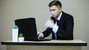Uomo d'affari arrabbiato che grida sul computer portatile e sul gesticolare archivi video