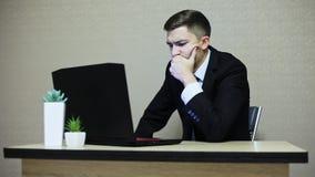 Uomo d'affari arrabbiato che lavora ad un computer, carte di lancio, nervose video d archivio