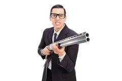 Uomo d'affari arrabbiato che tiene un fucile da caccia Fotografia Stock Libera da Diritti
