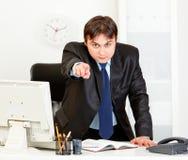 Uomo d'affari arrabbiato gli che indica barretta Fotografia Stock Libera da Diritti