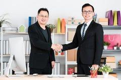 Uomo d'affari asiatico all'ufficio immagini stock