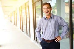 Uomo d'affari asiatico allegro Immagine Stock