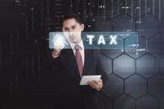 Uomo d'affari asiatico bello con la tassa commovente del computer della compressa ma Fotografia Stock