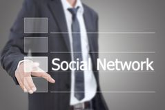 Uomo d'affari asiatico che mette rete sociale. Immagine Stock