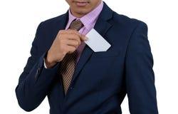 Uomo d'affari asiatico che mostra a mano carta in bianco su un backgrou bianco immagini stock libere da diritti
