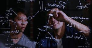 Uomo d'affari asiatico che spiega il grafico stock footage