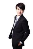 Uomo d'affari asiatico che sta con il sorriso fotografie stock