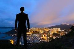 Uomo d'affari asiatico che sta nella collina fotografia stock libera da diritti