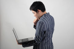 Uomo d'affari asiatico con il computer portatile Fotografie Stock Libere da Diritti