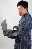 Uomo d'affari asiatico con il computer portatile Immagine Stock Libera da Diritti