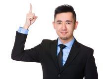 Uomo d'affari asiatico con il punto del dito su Immagine Stock