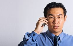 Uomo d'affari asiatico con il telefono Fotografia Stock