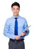 Uomo d'affari asiatico con la lavagna per appunti immagine stock