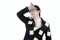 Uomo d'affari asiatico con le note appiccicose sullo studio Fotografia Stock