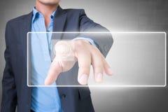 Uomo d'affari asiatico con lo schermo attivabile al tatto Immagini Stock