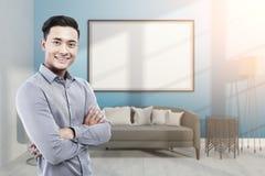 Uomo d'affari asiatico nella stanza blu con la lavagna Fotografie Stock