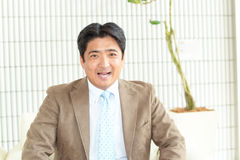 Uomo d'affari asiatico sorridente fotografia stock