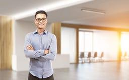 Uomo d'affari asiatico in vetri in un corridoio Immagine Stock Libera da Diritti