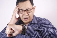 Uomo d'affari asiatico Worried entro tempo, sforzo di termine del lavoro immagini stock libere da diritti