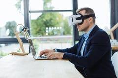 Uomo d'affari astuto sicuro facendo uso di tecnologia 3d Fotografia Stock Libera da Diritti