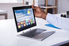 Uomo d'affari Attaching Digital Tablet alla tastiera immagini stock
