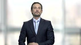 Uomo d'affari attraente che prepara per incontrarsi stock footage