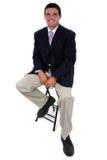 Uomo d'affari attraente che si siede sulle feci immagini stock libere da diritti