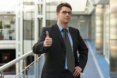 Uomo d'affari attraente con l'APPROVAZIONE Immagini Stock Libere da Diritti