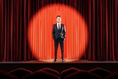 Uomo d'affari attraente sulla fase rossa fotografia stock libera da diritti