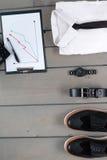 Uomo d'affari, attrezzatura del lavoro su fondo di legno grigio Camicia bianca con lo smoking, orologio, cinghia, scarpe di Oxfor Fotografie Stock Libere da Diritti