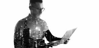 Uomo d'affari barbuto di doppia esposizione che indossa camicia ed i vetri neri Banchiere che tiene le mani contemporanee del tac fotografia stock