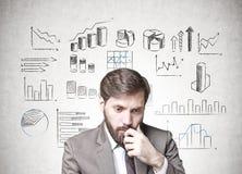 Uomo d'affari barbuto in dubbio, infographics immagine stock libera da diritti